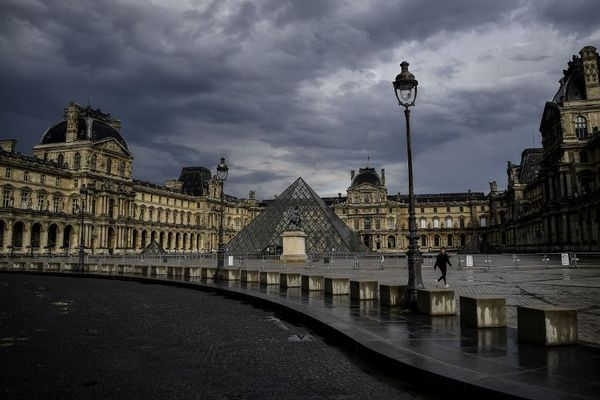 Avec la mise en place du confinement, Paris a été déserté par ses habitants. Ici, le palais du Louvre le 9 mai 2020.