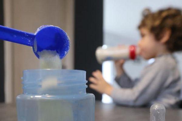 Le groupe Lactalis, confronté à une crise sanitaire sans précédent après la contamination aux salmonelles de laits infantiles produits dans son site de Craon, n'excluait pas jeudi pas que des bébés aient consommé du lait contaminé depuis 2005. Ci-contre, la préparation d'un biberon de lait infantile