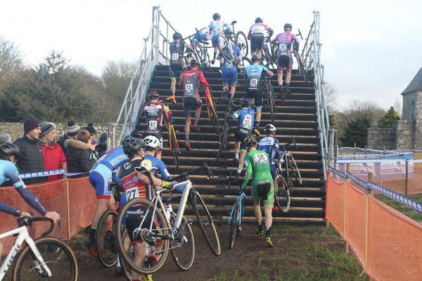 Le peloton des championnats de France de cyclo-cross à l'effort en janvier 2020