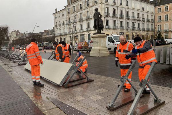 Une vingtaine d'agents de la voirie à pied d'oeuvre le 2 février pour mettre en place le mur anti-crues situé au port Villiers.