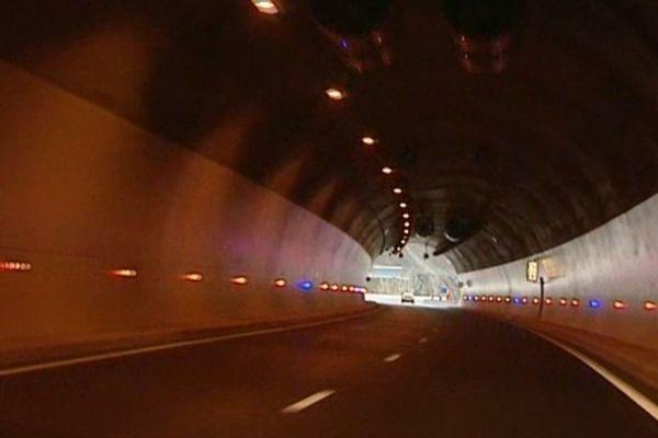 Sur le nouveau tronçon de l'A 89, l'automobiliste emprunte huit viaducs et trois tunnels dont le tunnel de Violay, long de quatre kilomètres.