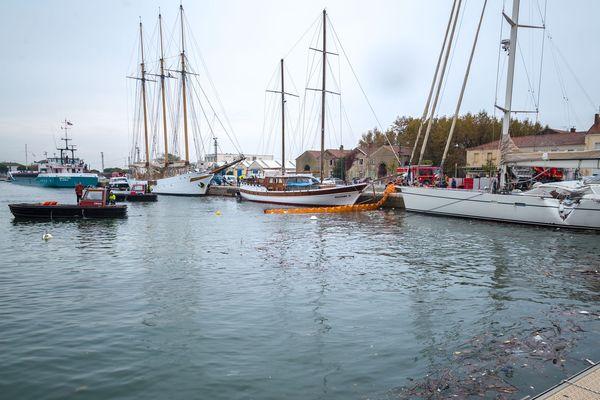 Un cargo fonce sur le quai à Port Saint-Louis du Rhône