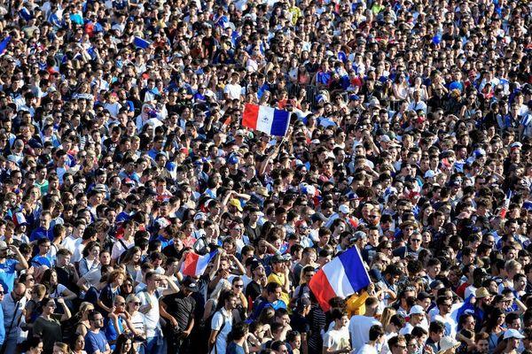 Des supporters regardent le match France-Belgique pendant la Coupe du monde de football 2018