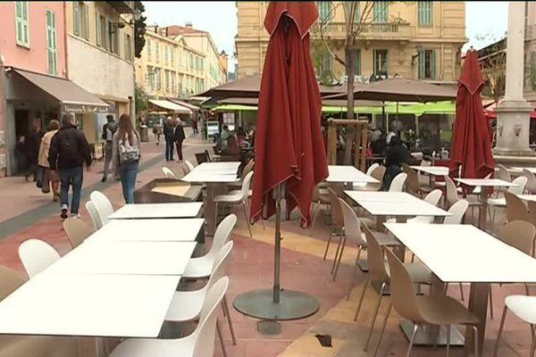 Dans le centre ville de Menton, les terrasses n'attirent pas les touristes en ce début de mois de mai.