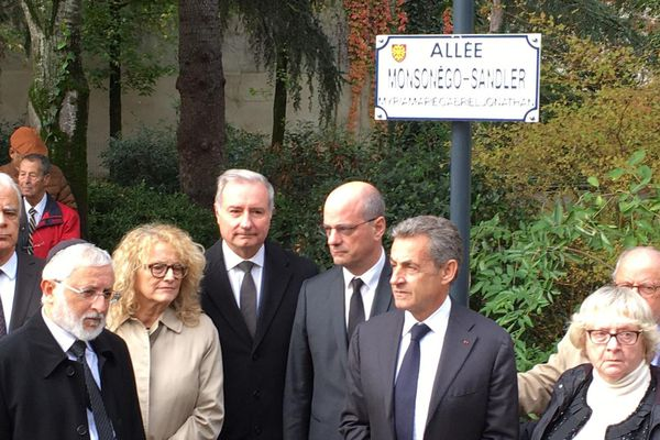 La plaque en hommage aux victimes dans le jardin Edmond Michelet à Toulouse