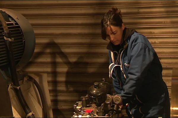Céline Dedieu au contrôle des machines du téléphérique de Saint-Lary