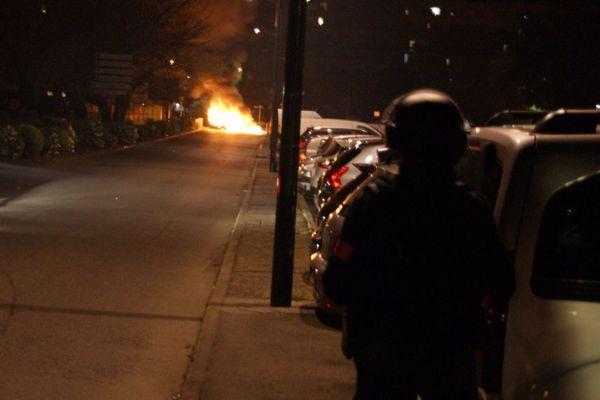 Une barricade a été enflammée, rue Paul Gauguin, dans le quartier de Bellefontaine à Toulouse.