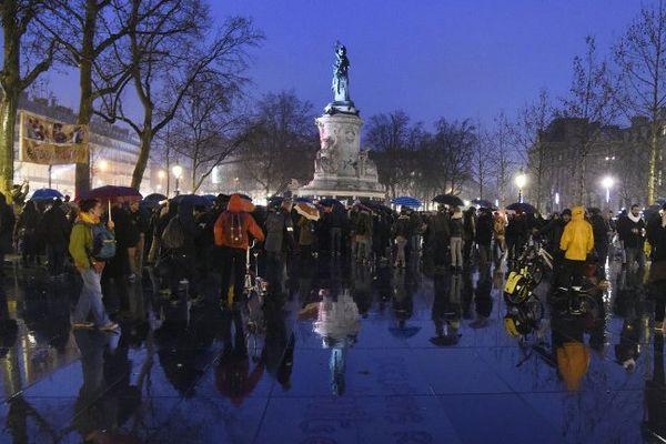 """Des participants à l'opération #Nuit Debout"""" rejoignent la place de la République, le 2 avril 2016."""
