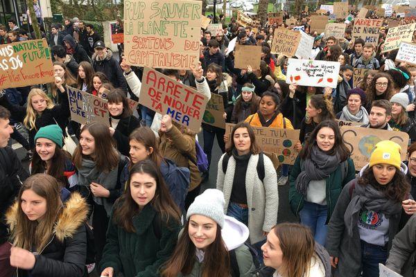 Plusieurs centaines de jeunes marchent pour le climat à Nantes/15 mars 2019