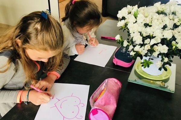 Maëlys et Lilwenn en plein préparatif pour la fête des mères qui aura lieu dimanche 7 juin.