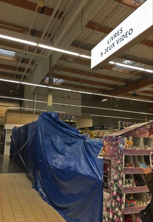 2 novembre 2020- Rayon des livres et des jeux vidéos interdits d'accès dans un hypermarché de Mont-Saint-Aignan (Seine-Maritime)
