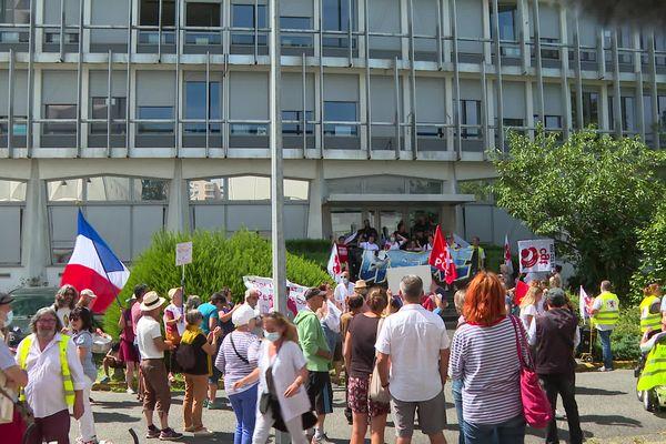 Les soignants du centre hospitalier de Pau se sont réunis jeudi 5 août devant l'antenne départemental de l'ARS