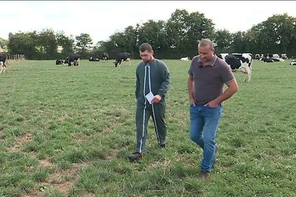 Avant que l'agent remplaçant prenne le relais, un tour de l'exploitation s'impose pour recevoir les dernières consignes de l'agriculteur