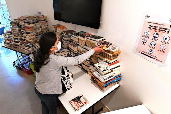 Une bibilothécaire prépare une commande de livres pour les lecteurs pendant le confinement (photo d'illustration)