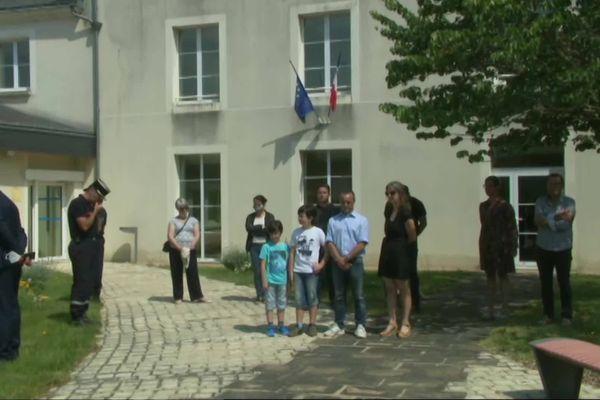 Une minute de silence a été observée à la mairie de Saint-Varent.