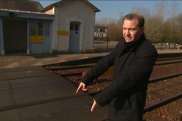 Sébastien Gouhier, maire d'Ecommoy (72), à l'endroit où l'étudiante a traversé jeudi dernier avant d'être percutée par un train de marchandise.