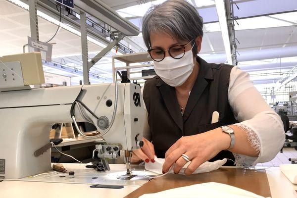 Des maroquinières vendéennes de l'entreprise Vuitton se lancent dans la fabrication de masques tissus spécifiques