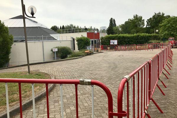 Piscine Michel-Bertrand de Vandoeuvre. L'attente pour accéder aux caisses se fera à l'extérieur du bâtiment en respectant une file d'attente.