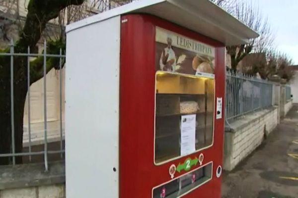 Le distributeur est implanté devant la mairie, au centre du village de Premeaux-Prissey