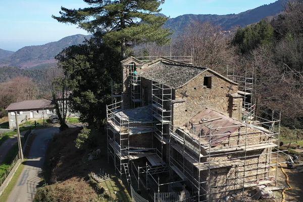 Les rénovations de l'église sont en cours.