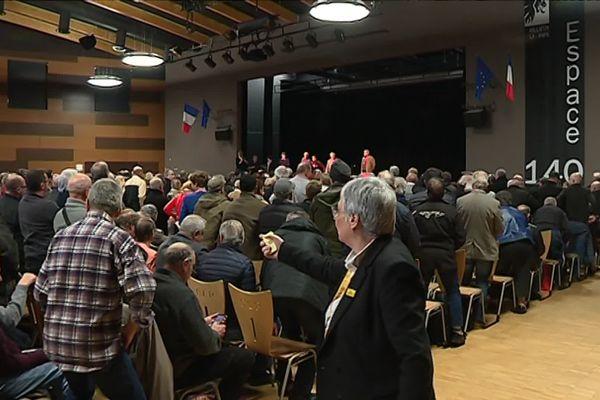 Les ouvriers de Renault Trucks se lèvent à l'arrivée des conseillers prud'homaux, le 12 mars 2019 à Rillieux-la-Pape.