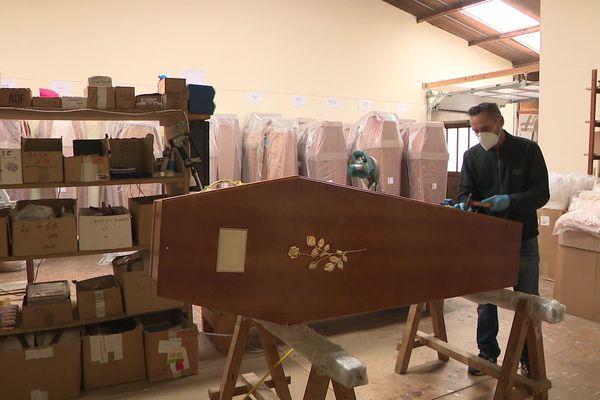Avril 2020 - Préparation d'un cercueil dans une entreprise de pompes funèbres de Criquetot l'Esneval (Seine-Maritime)