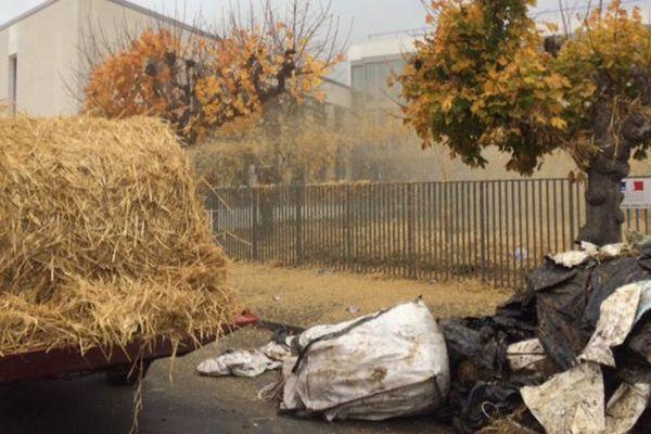 Du fumier a été déversé devant le bâtiment de la DDTM à La Rochelle.
