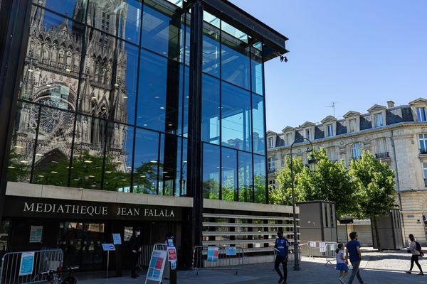 La médiathèque Jean-Falala à Reims a rouvert ce jeudi 28 mai sous forme de drive