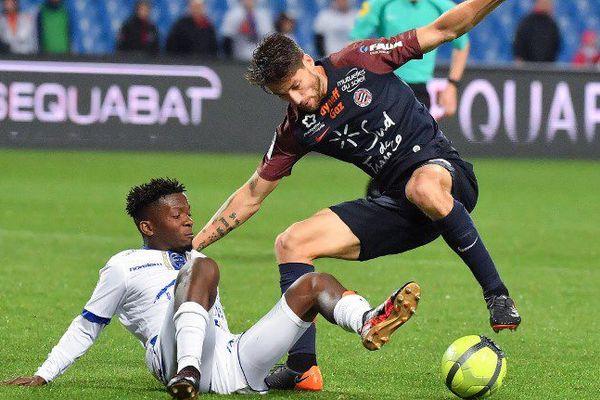 Le Montpelliérain Paul Lasne (à droite) au duel avec un défenseur de Troyes - 12 mai 2018.