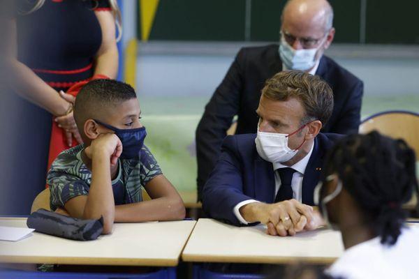 Le 2 septembre, dans le cadre de sa visite de 3 jours à Marseille, Emmanuel Macron a fait la rentrée des classes dans les quartiers nord, à l'école Bouge (13e).