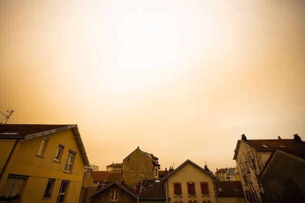 Un ciel jaune en Franche-Comté, observé début février 2021