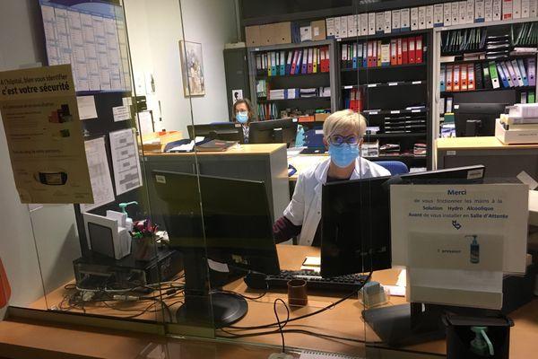 La secrétaire administrative Éliane se charge de créer votre dossier et vous orienter vers la salle d'attente.