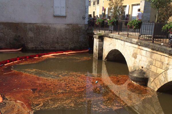 Un barrage sur la rivière, à Nemours, en Seine-et-Marne