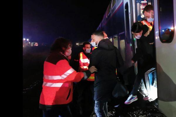 Ce 13 janvier, vers minuit, les passagers de l'Omnéo parti de St Lazare à 16H59 ont pu -enfin- être transbordés dans un autre train, avant de se voir distribuer bouteilles d'eau et repas en gare de Lisieux et d'arriver à destination avec plus de 5 heures de retard.