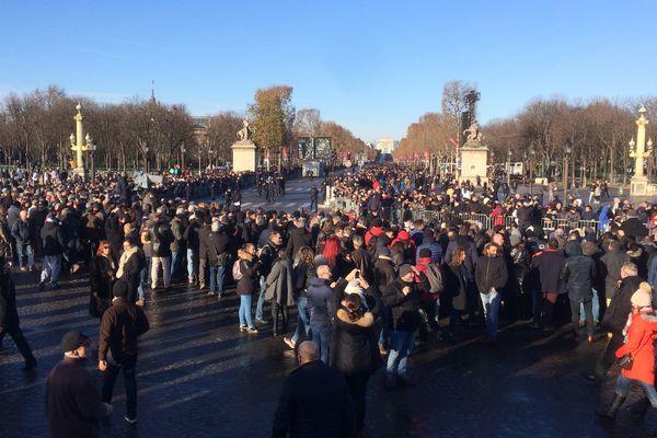 Les fans de Johnny Hallyday, place de la Concorde, à Paris.