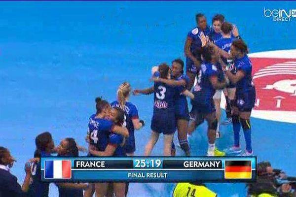 A Nîmes, dans un Parnasse comble, les Bleues laissent éclatent leur joie après leur victoire 25 à 19 sur l'Allemagne : elles viennent de s'offrir le billet pour l'Euro !