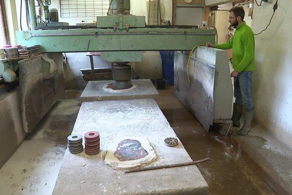 Robin Guillon utilise une ponceuse spéciale pour travailler le bois pétrifié