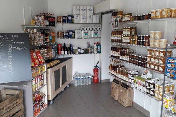 """Le premier café des """"1000 cafés"""" devait ouvrir le 15 mars dernier à Cérelles. Crise oblige, les co-gérants ont transformé l'établissement en épicerie."""