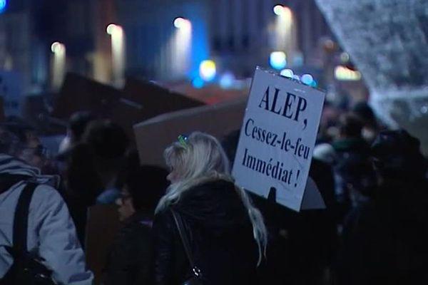 """Rassemblement place de la comédie à Montpellier pour réclamer un """"cessez le feu immédiat"""" à Alep - 16 décembre 2016"""