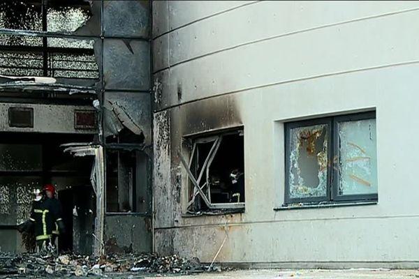 Des feux allumés dans des poubelles se sont propagés à la façade du lycée Saint-Exupéry.