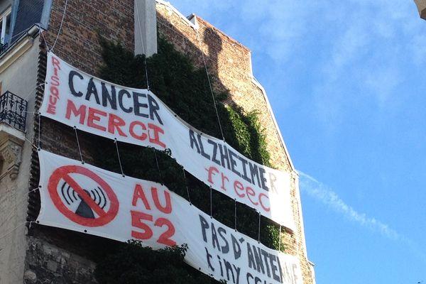 Le collectif Pas d'onde à Championnet à posé cette banderole il y a plusieurs semaines au 52 rue Championnet (XVIIIeme), où doit être installé ce mois-ci une antenne relais.