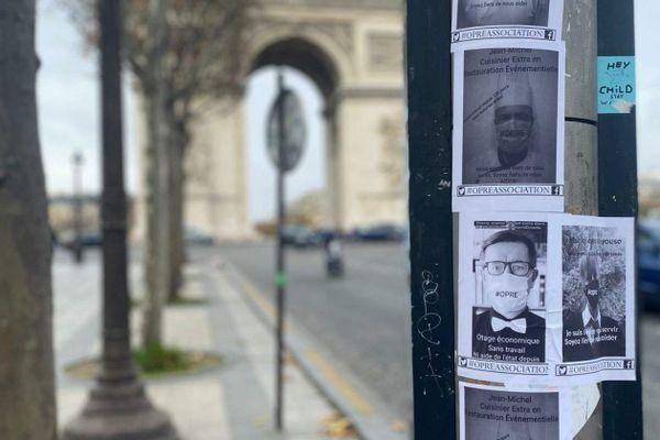 Des affiches collées par des professionnels de l'extra événementiel, à deux pas de la place de l'Etoile.