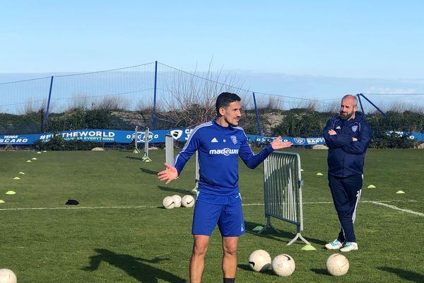 Chaouki Ben Saada sous le regard de Mathieu Chabert, sur le terrain d'entraînement de l'IGESA