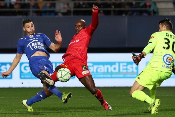 Après son tir bloqué par Aymes, Yoann Touzghar (en bleu) sert in extremis Sacko qui ouvrira le score du match en faveur des Aubois.