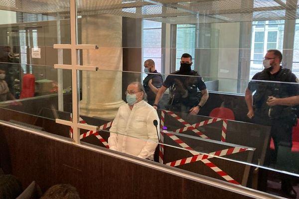 Jacques Rançon dans le box des accusés avant le début de l'audience devant la cour d'assises de la Somme mardi 8 juin 2021
