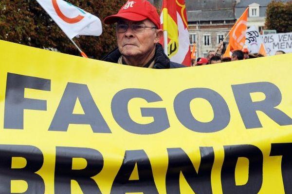 Un salarié de FagorBrandt manifeste à Vendôme le 5 novembre 2013 pour le reprise de son entreprise
