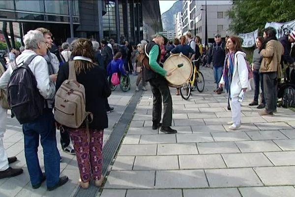 Mobilisation devant le Palais de Justice de Grenoble pour Me Ripert