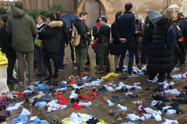 4200 poupées de chiffon ont été déposées symboliquement devant la préfecture de Haut-Garonne.