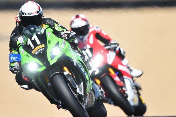 Jérémy Guarnoni, au guidon de la Kawasaki N.11, talonné par Randy de Puniet sur la Honda N.111, aux 24 H du Mans moto 2019
