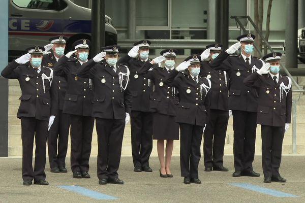 Cinq jours après le meurtre du policier Eric Masson, la cérémonie en mémoire des policiers morts pour la France a été particulièrement émouvante, ce lundi 10 mai à Mulhouse.